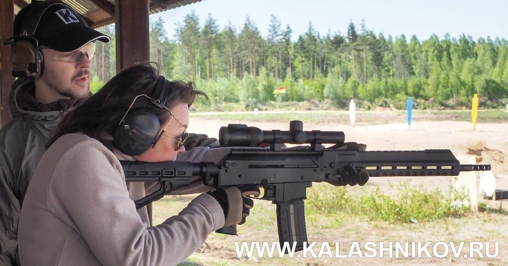 Женщина стреляет из карабина «Сайга-107»/SR1. Журнал «Калашников»