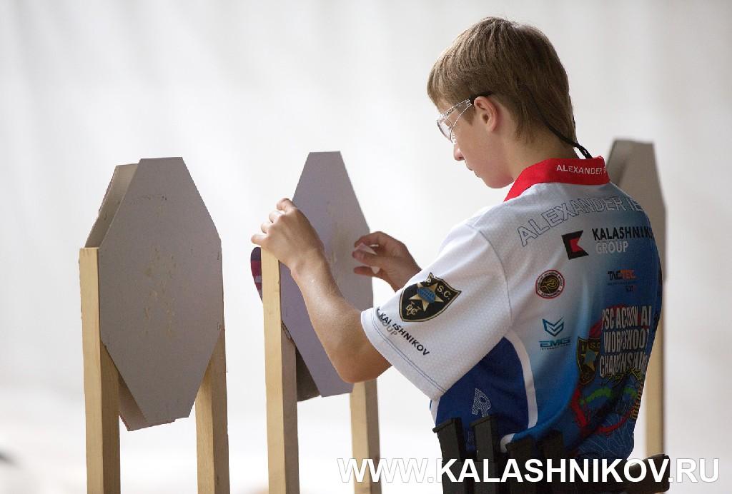 Поклейка мишеней на сборах юниорской сборной команды ФПСР. Журнал Калашников