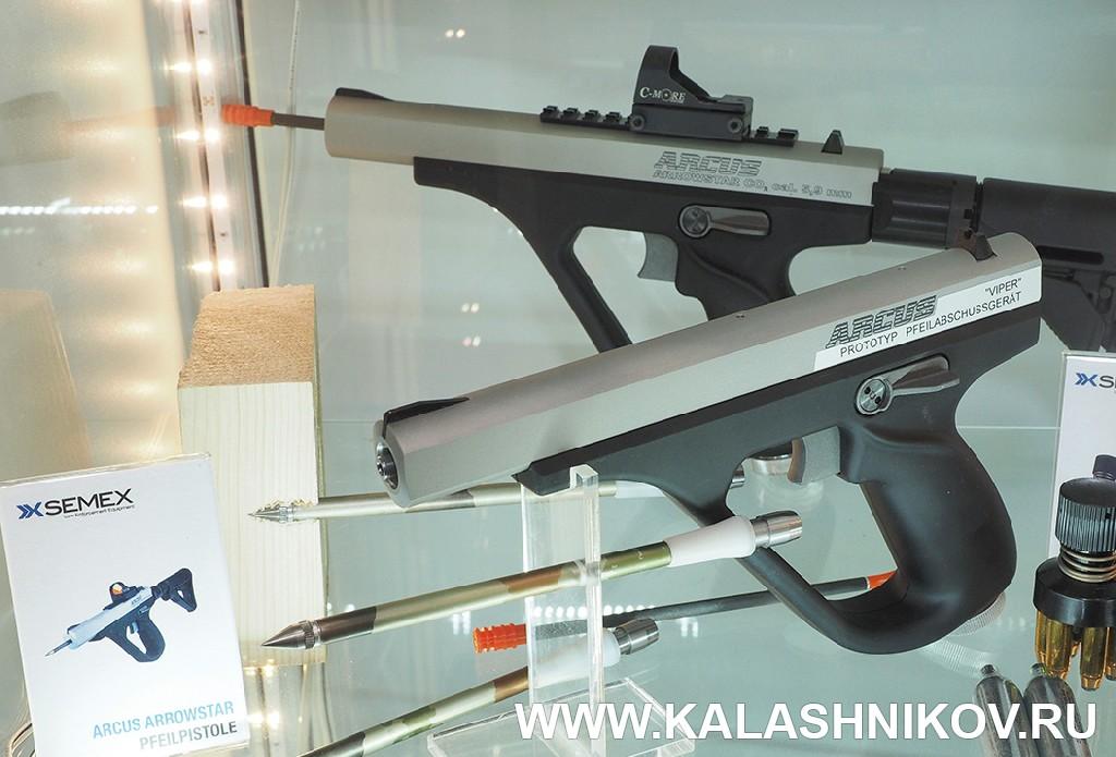 Пневматический пистолет Semex стреляющий стрелами на выставке IWA 2018. Журнал Калашников