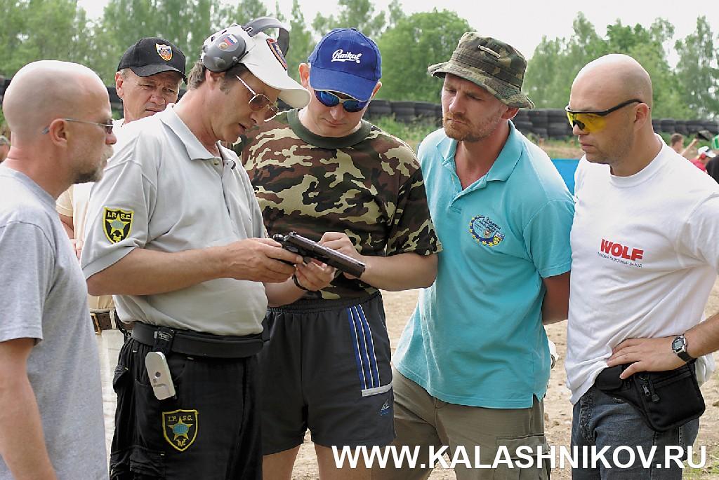 Евгений Ефимов с пистолетом собственной конструкции. Журнал Калашников