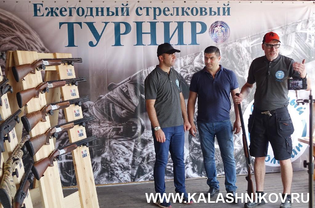 Стенд ружей Huglu, Ридван Яка, Наджи Таник и Дмитрий Тюхтяев. Журнал Калашников