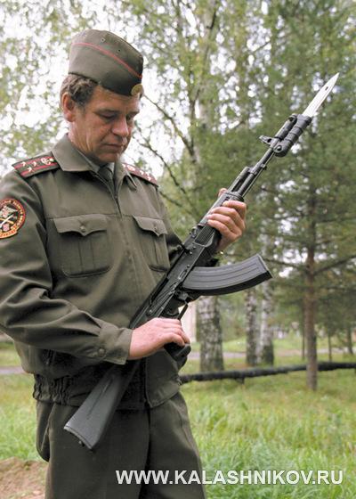 Юрий Пономарёв с автоматом Калашникова с примкнутым штык-ножом. Журнал Калашников