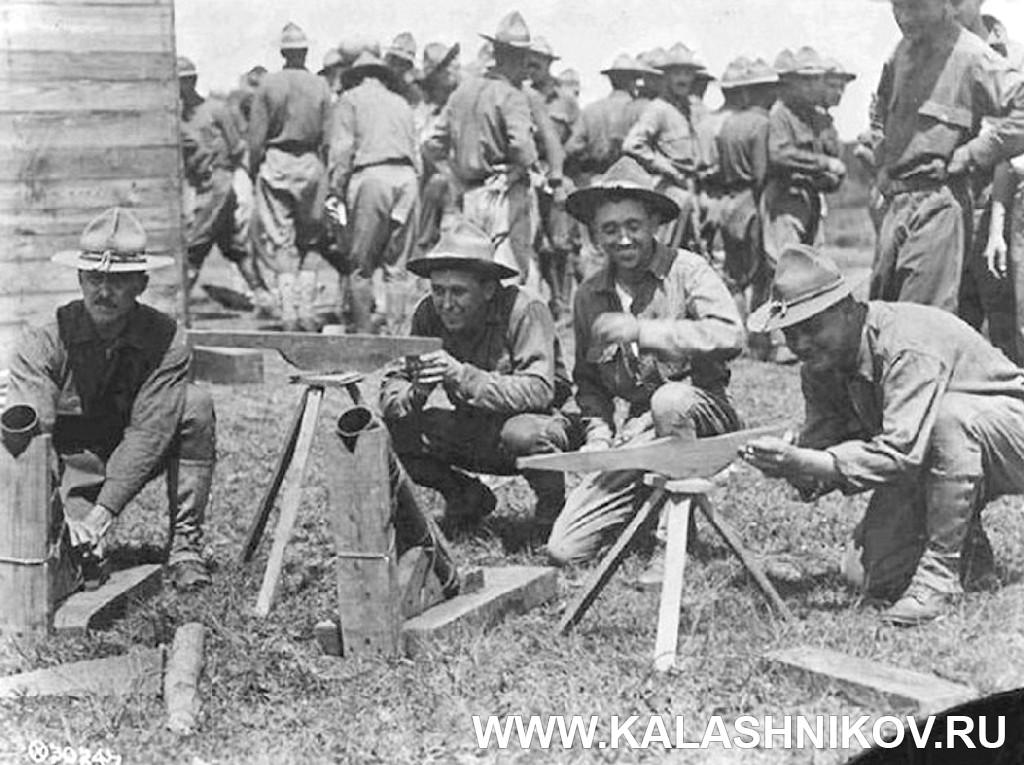 Американские солдаты с деревянными муляжами пулемётов. Журнал Калашников