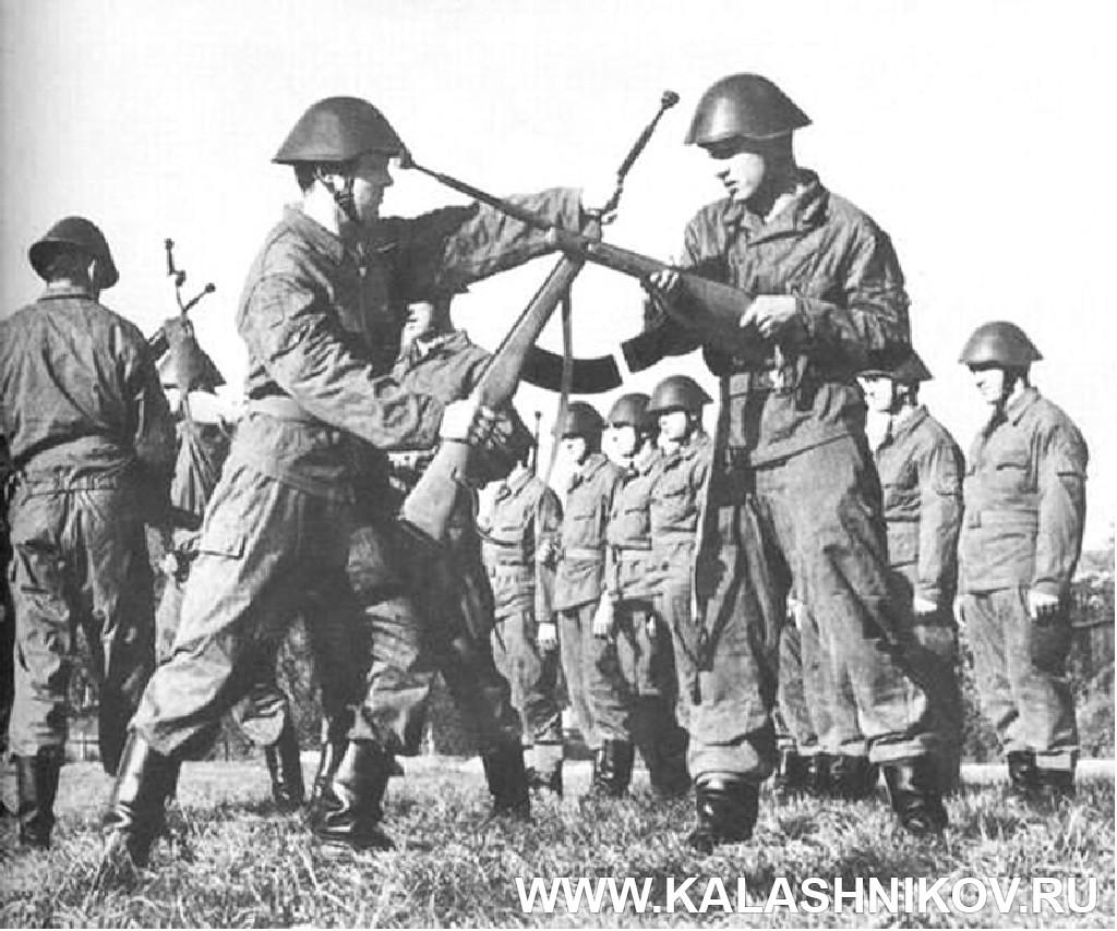 Солдаты армии ГДР обучаются штыковому бою. Журнал Калашников