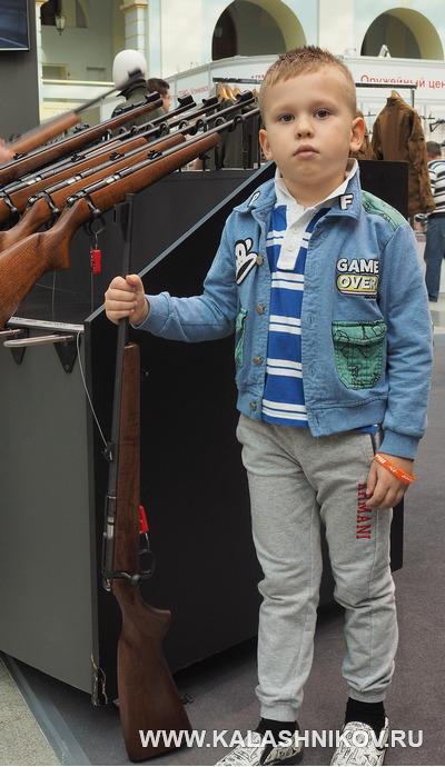 Ребёнок с оружием. Выставка Оружие и Охота Arms Hunting 2018. Журнал Калашников