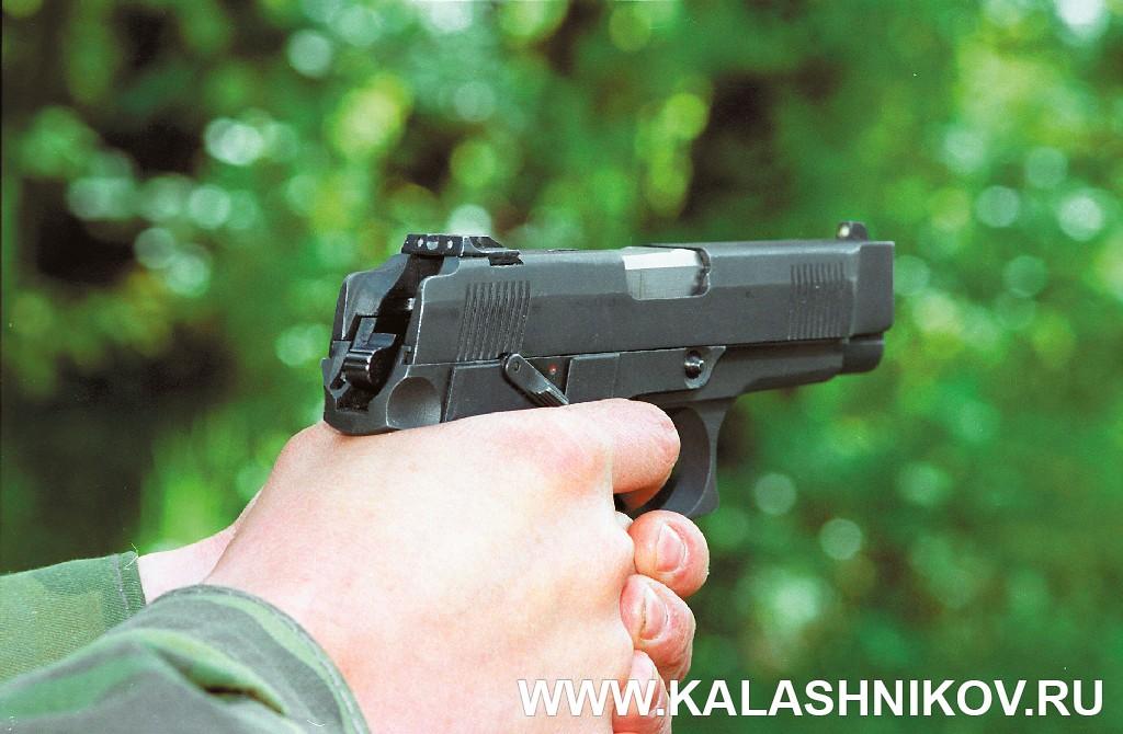 Пистолет Ярыгина (ПЯ) снятый с предохранителя. Журнал Калашников