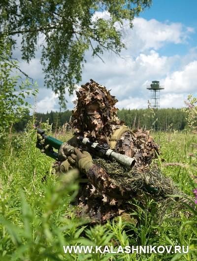 Соревнования снайперов пограничного спецназа 2018. Участник на фоне пограничной вышки. Журнал Калашников