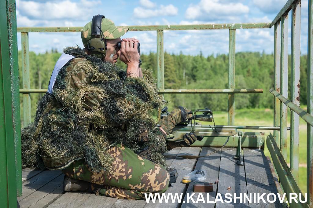 Соревнования снайперов пограничного спецназа 2018. Участники работают с пограничной вышки. Журнал Калашников