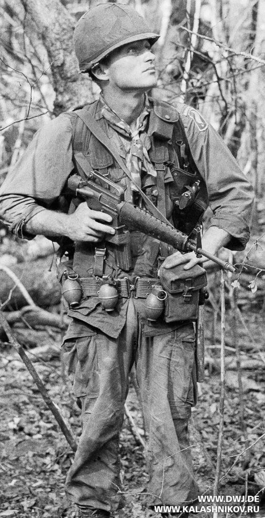 Американский солдат с винтовкой AR-15. Журнал Калашников