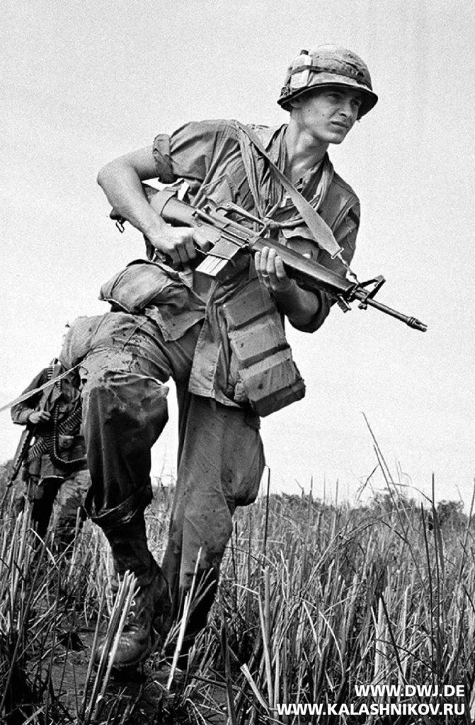 Американский солдат с AR-15 во Вьетнаме. Журнал Калашников
