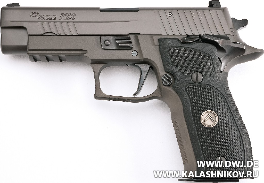 Пистолет SIG Sauer P226 Legion вид слева. Журнал Калашников