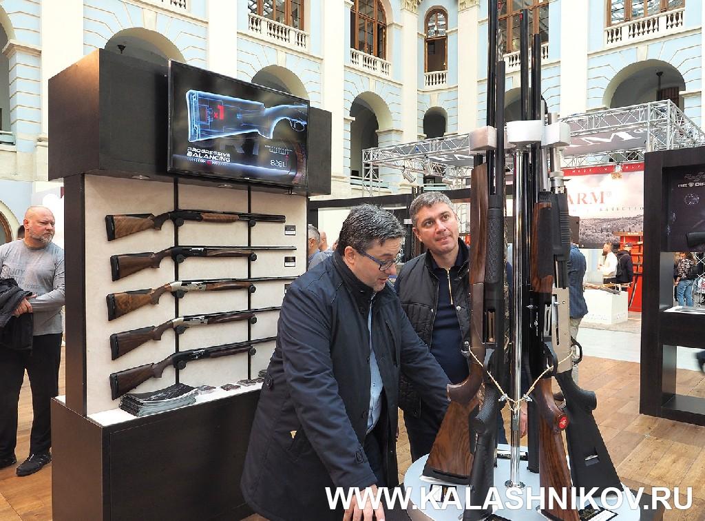 Выставка Arms Hunting 2018. Стенд компании «Русский орёл» с ружьями Benelli Armi. Журнал Калашников