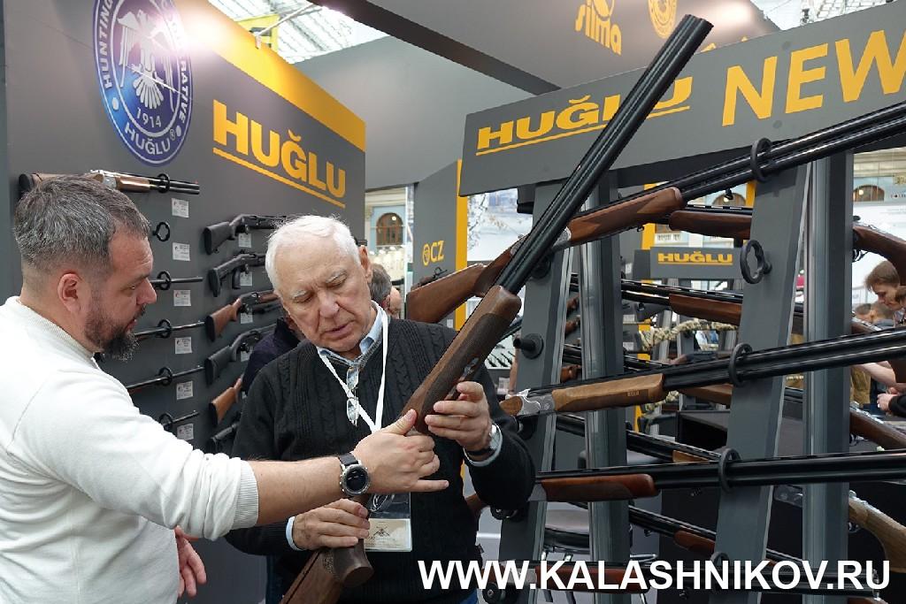 Выставка Arms Hunting 2018. Стенд компании Альянс с ружьями Huglu . Журнал Калашников