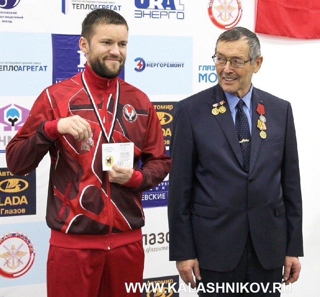 VIII традиционные соревнования памяти  Е.Ф. Драгунова. Михаил Евгеньевич Драгунов на награждении