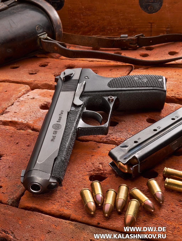 пистолет Steyr GB с магазином и патронами