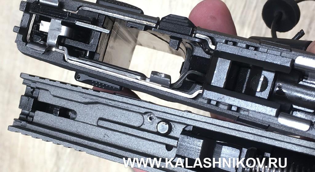 Вид на затвор и пистолет Sarsilamaz SAR 9 со снятым затвором на выставке IWA 2019