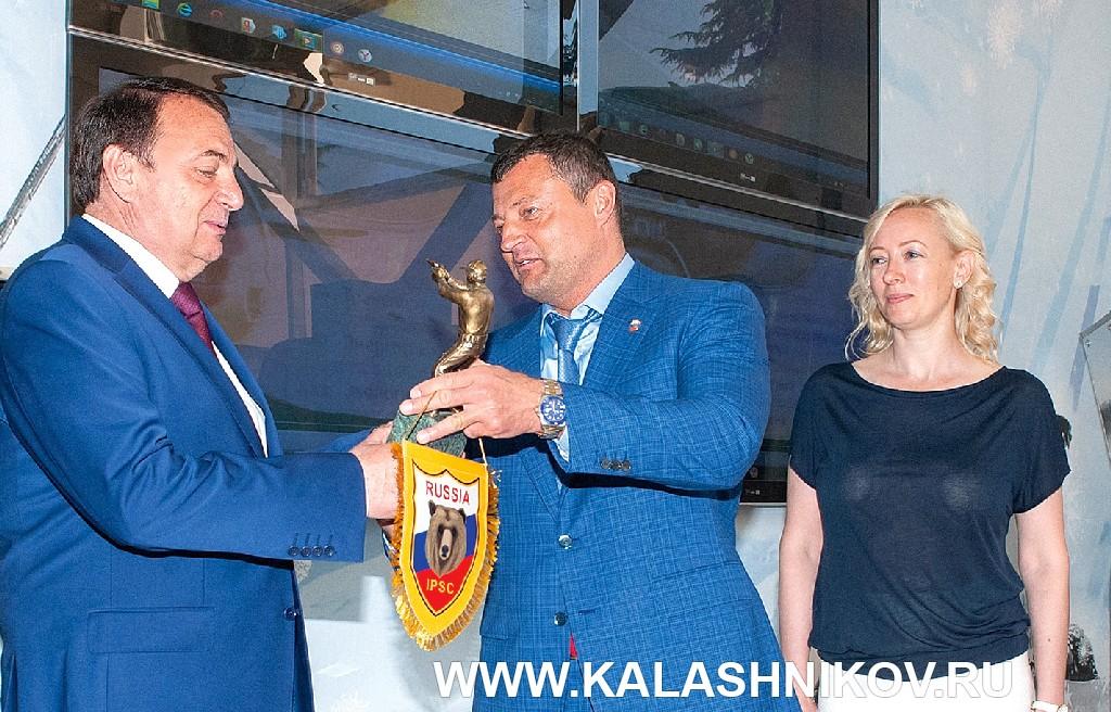 Михаил Гущин на презентации Чемпионата мира попрактической стрельбе изпневматического пистолета.