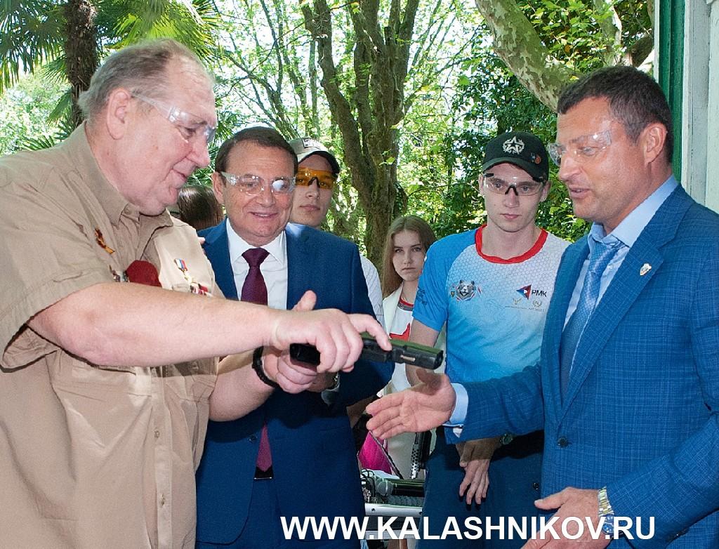 Михаил Гущин и Сергей Лысюк (слева) на презентации Чемпионата мира попрактической стрельбе изпневматического пистолета.
