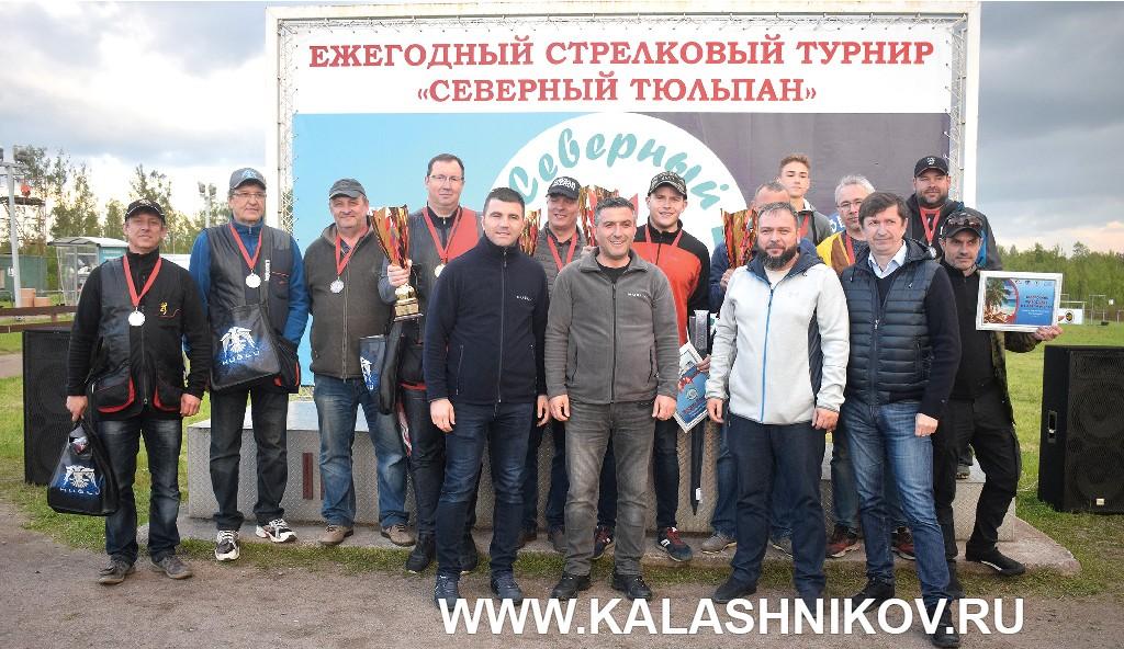 Участники и организаторы кубка «Северный тюльпан». Групповое фото