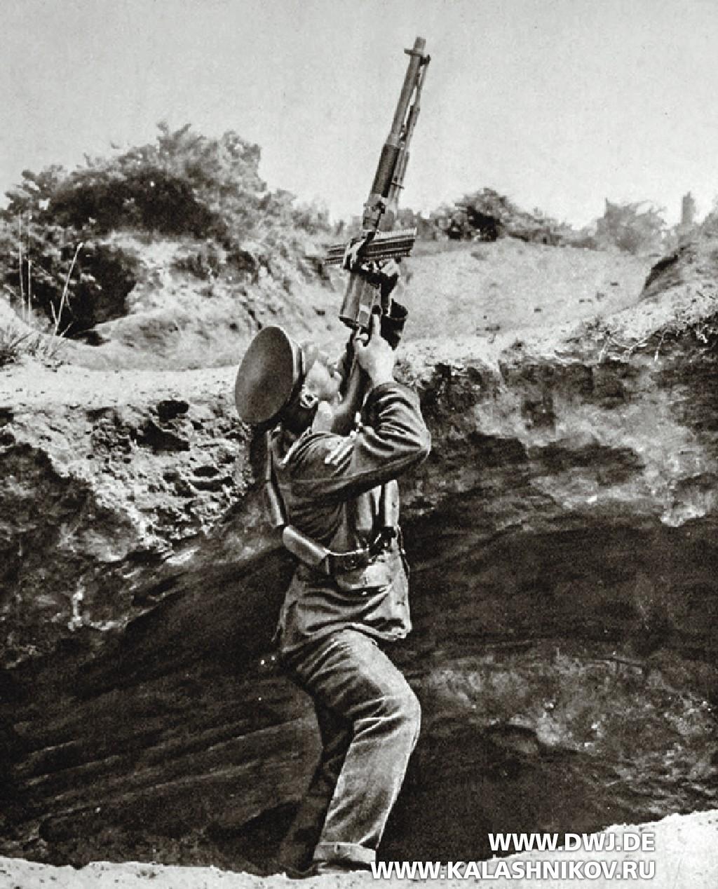 Британский солдат стреляет изручного пулемёта Hotchkiss.