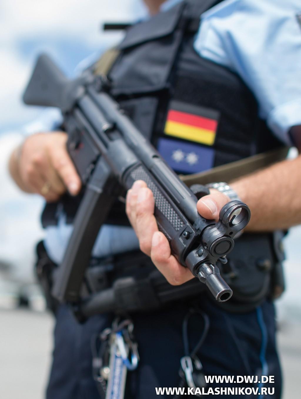 Немецкий полицейский с табельным оружием