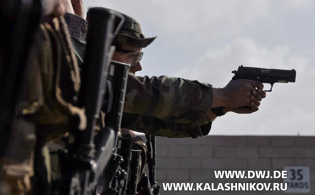 Пистолет SIG Sauer P226 на стрельбище
