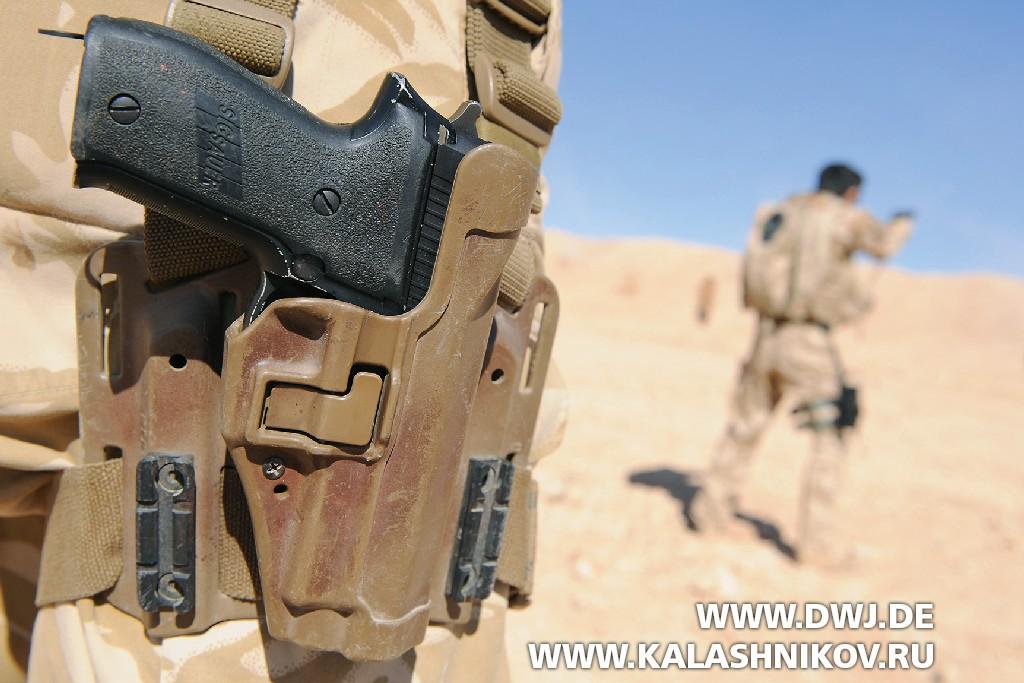 Пистолет SIG Sauer P226. В кобуре