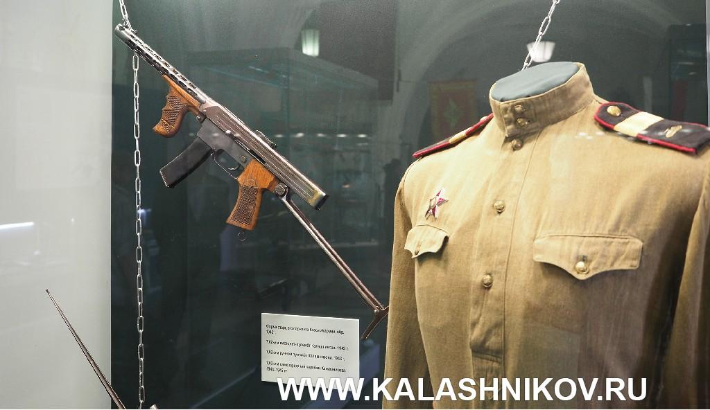 Пистолет-пулемёт Калашникова и форма старшего сержанта танковых войск Красной Армии 1943 года.