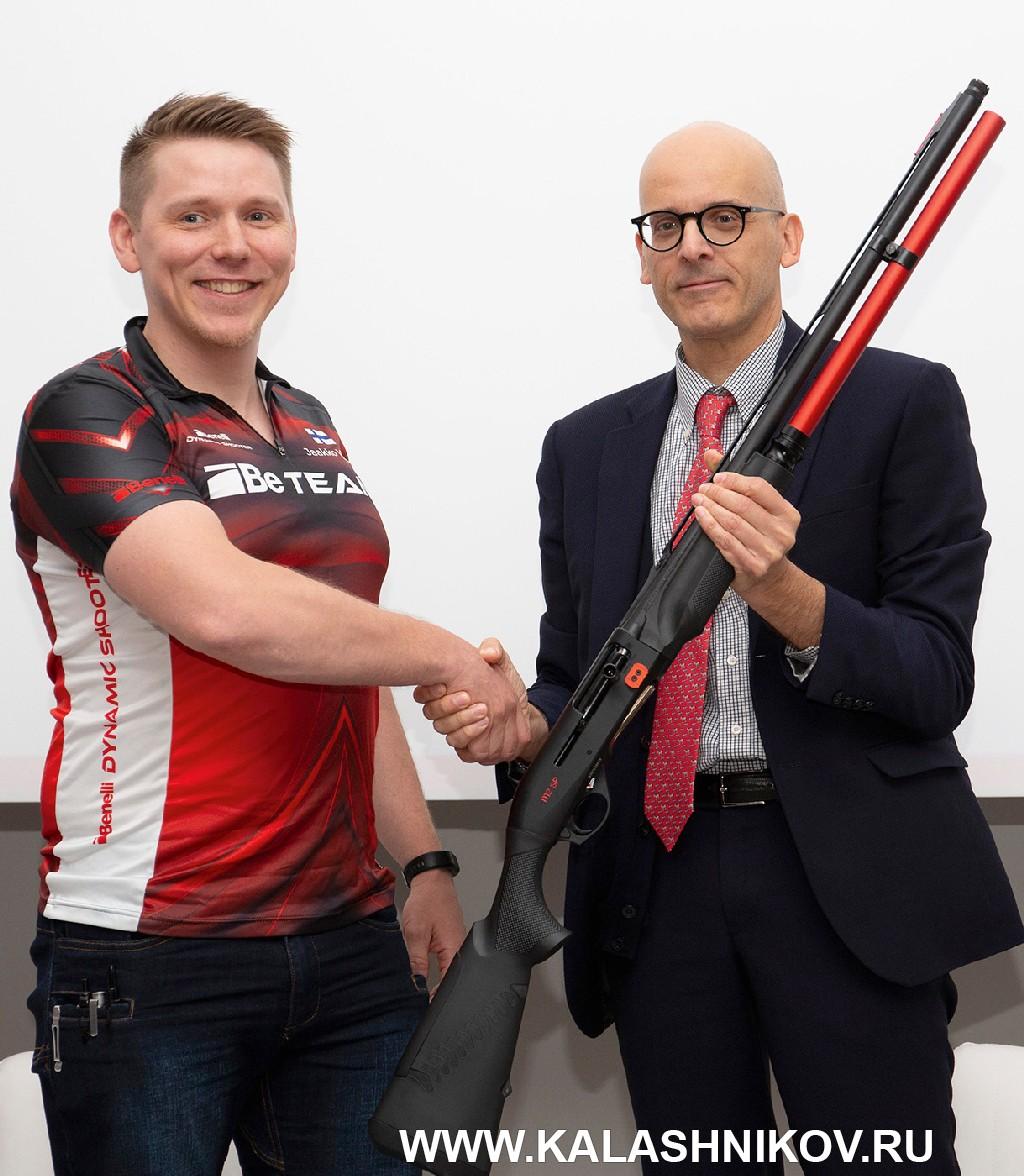 Коммерческий директор Benelli Лучо Порекка со спортивным ружьем Benelli