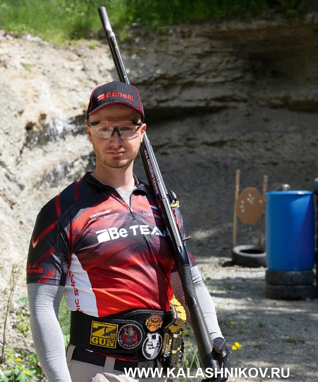 Иван Романов в форме команде Benelli (Be Team) попрактической стрельбе изружья (IPSC)