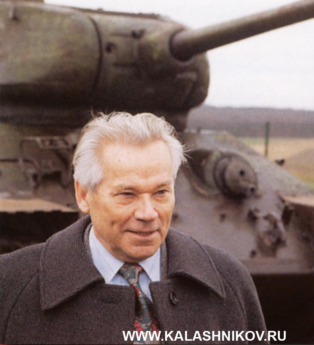 Михаил Тимофеевич Калашников на фоне танка Т34