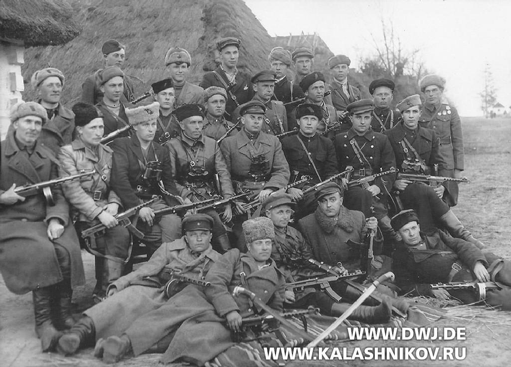 Групповая фотография советских солдат спистолетами-пулемётами ППШ-41 иППС-3