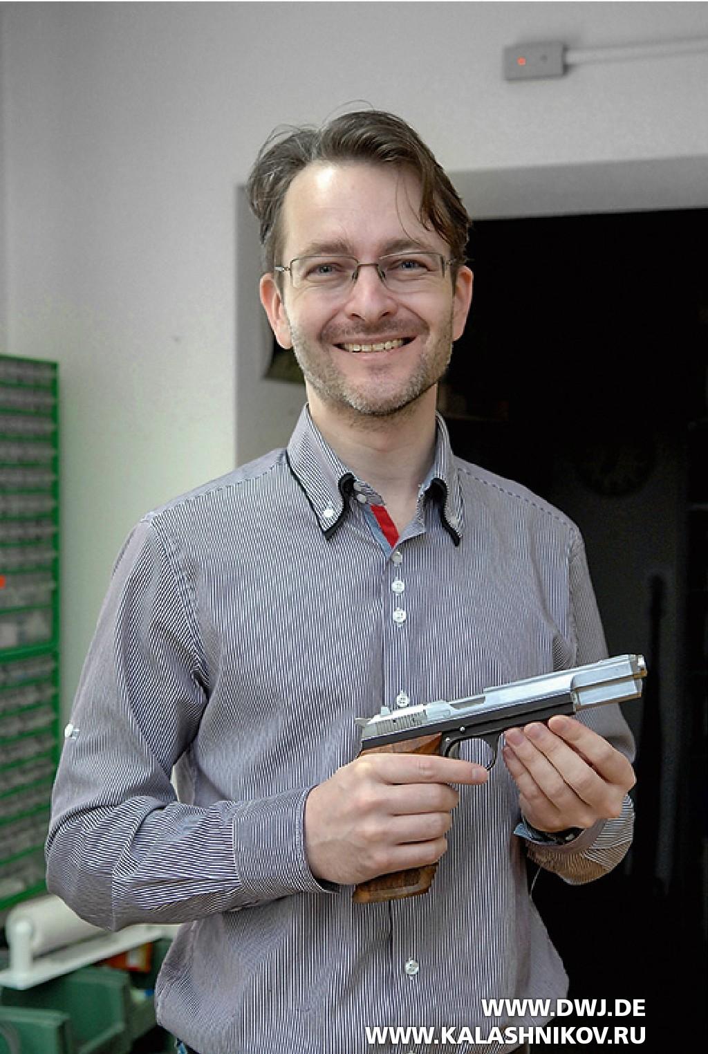 Зденек Порш c пистолетом SIG Р211
