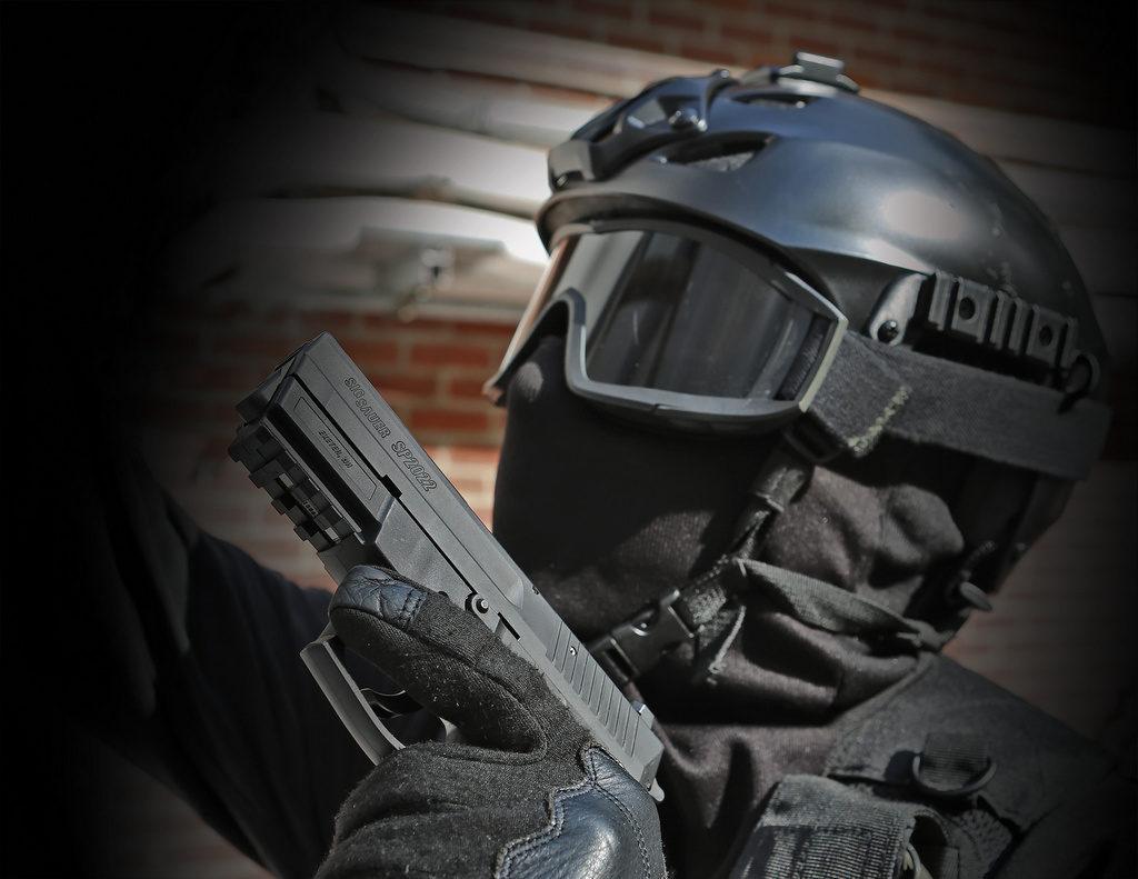 SIG SP2022, полицейский с пистолетом