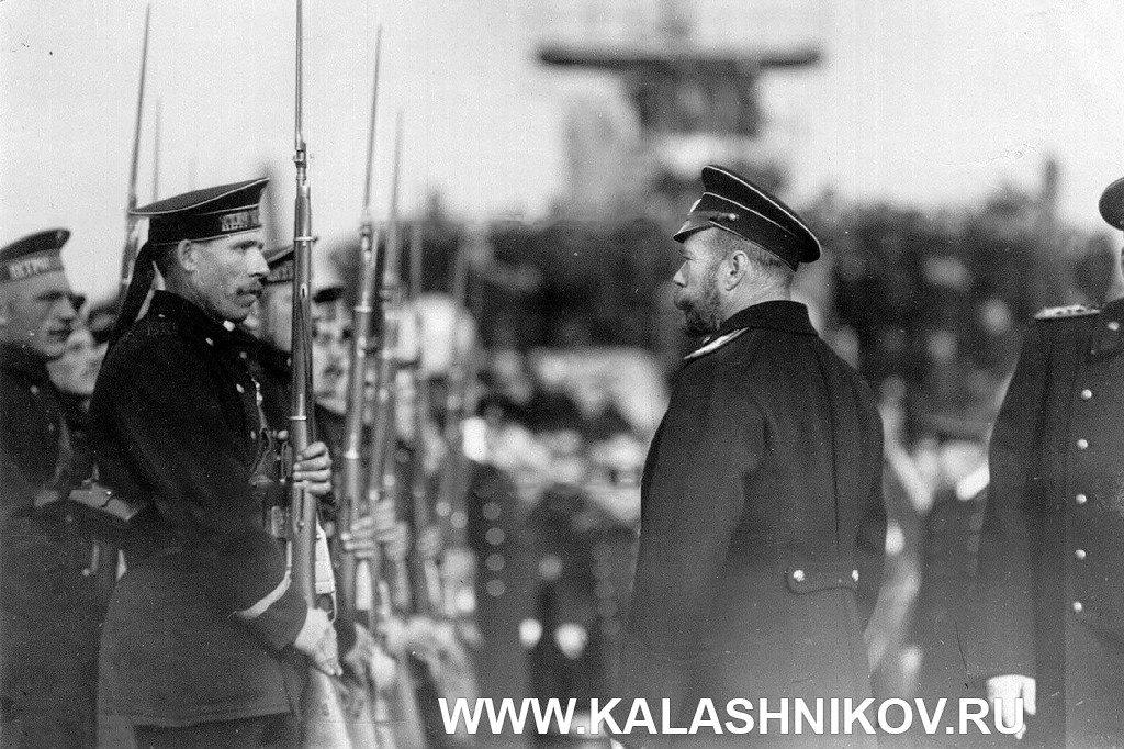 Матросы линкора «Петропавловск», вооружённые винтовками «арисака»