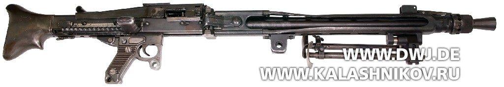 немецкий пулемёт MG42раннего изготовления спрямой рукояткой взведения