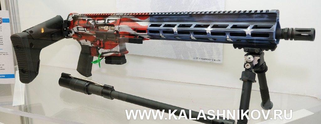 Винтовка AR-10 в цветах американского флага. Выставка SHOT Show 2020