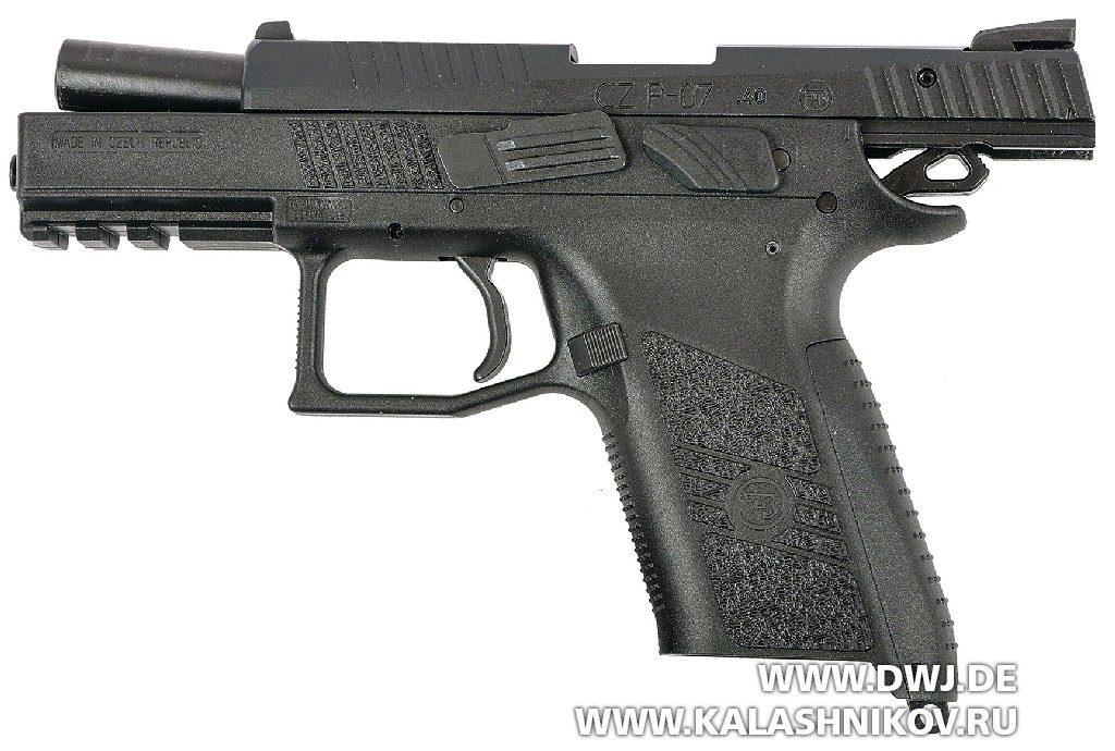 Малогабаритный пистолет CZ Р-07. На затворной задержке